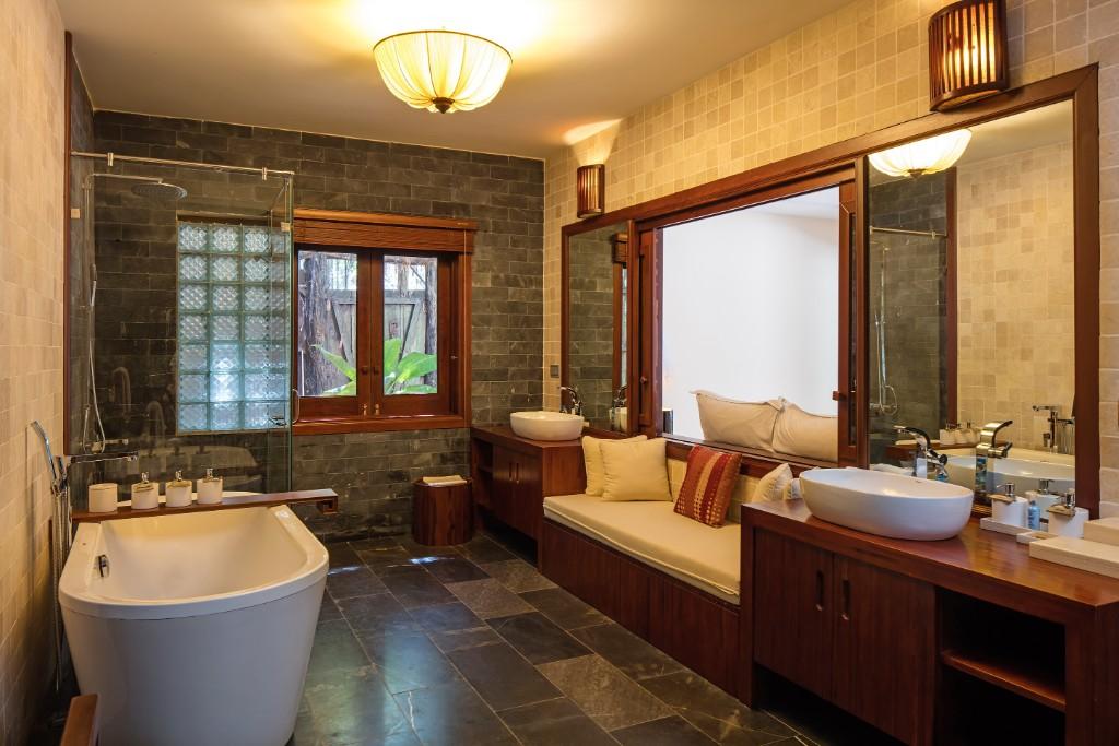 Bathroom-Pool_Suite-2