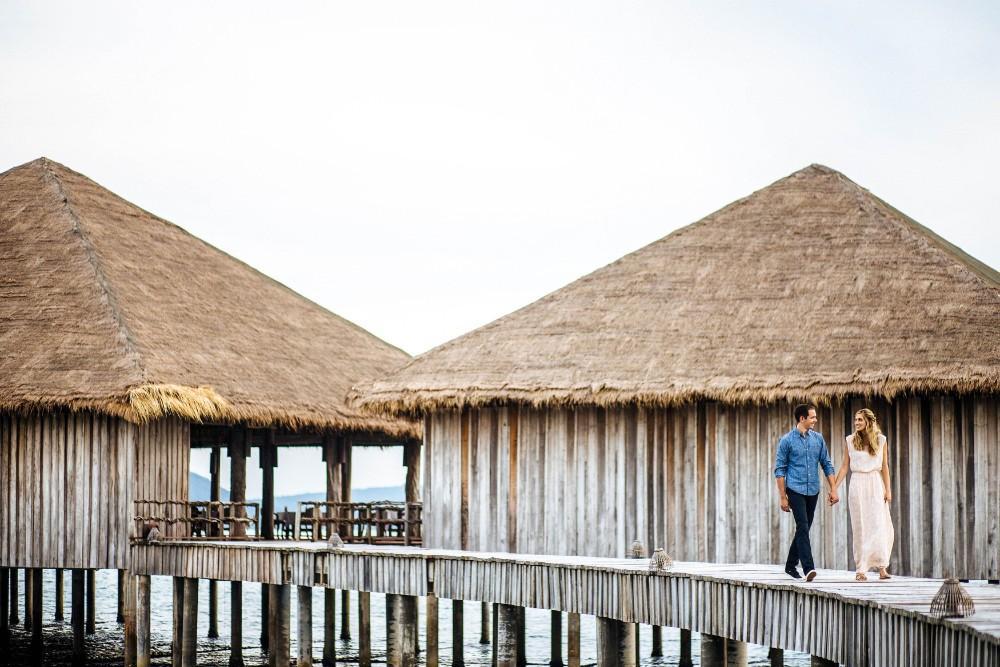 Julian-Abram-Wainwright-song-saa-private-island-couples-walking-on-bridges-from-vista-2016_1